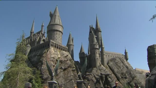 the wizarding world of harry potter at universal studios hollywood. - harry potter titolo d'opera famosa video stock e b–roll