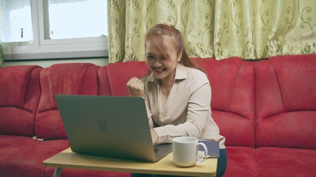 vidéos et rushes de the woman celebration during using laptop computer - bras humain