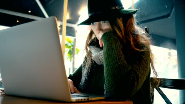 die frau mit laptop im café - internet café stock-videos und b-roll-filmmaterial