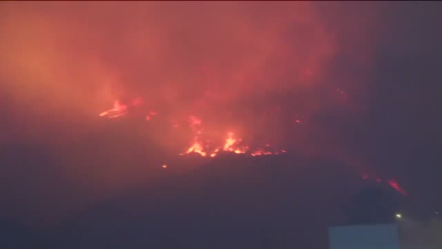 ktla the woolsey fire continues to burn and residents were urged to leave immediately - kalifornien stock-videos und b-roll-filmmaterial