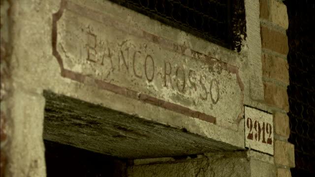 vídeos y material grabado en eventos de stock de the words banco rosso are etched in a stone lintel above a doorway. available in hd. - arquitrabe
