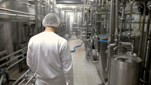 労働者は食品工場で働いて、します。 - ステンレス点の映像素材/bロール
