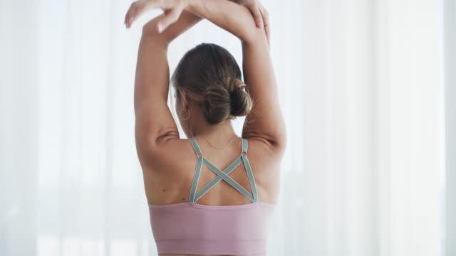 die workout-routine, die wunder wirkt - pilates stock-videos und b-roll-filmmaterial