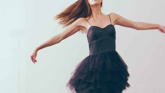 vidéos et rushes de le monde se met à tourner avec vous - danseur de ballet