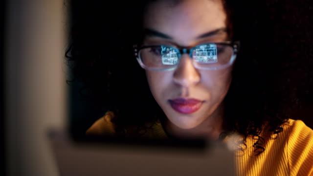 die welt online ist zu allen zeiten zugänglich - spiegelung stock-videos und b-roll-filmmaterial