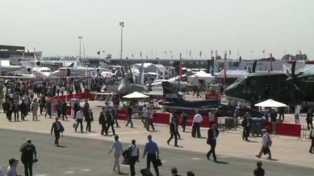 vídeos de stock, filmes e b-roll de the worlds biggest air show begins with a huge order for the airbus superjumbo deals for boeings troubled dreamliner and a bang from thunder and... - boeing 787
