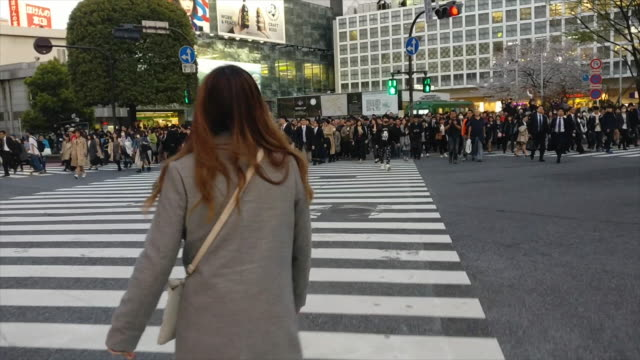 vidéos et rushes de the world's biggest busiest pedestrian crossing - piéton