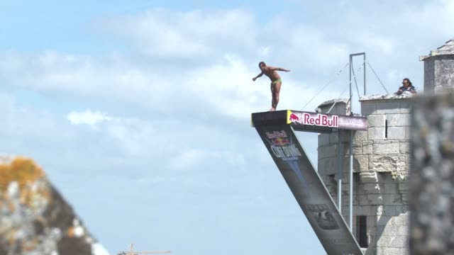 The world's elite cliff divers met in La Rochelle this Sunday to compete in the cliff diving world series jumping 35 meters off the Saint Nicolas...