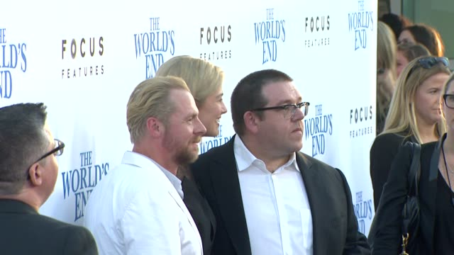 vídeos y material grabado en eventos de stock de chyron the world's end los angeles premiere presented by focus features los angeles ca united states 8/21/13 the world's end los angeles premiere... - cinerama dome hollywood