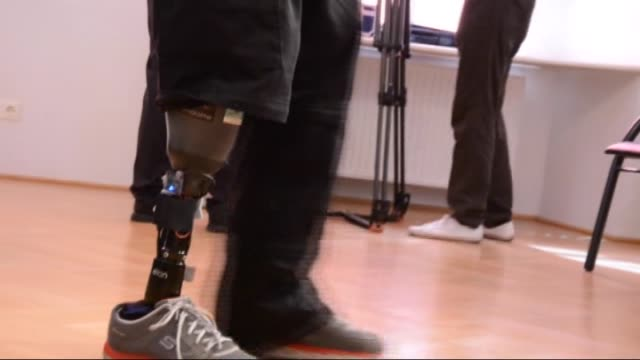 vídeos de stock e filmes b-roll de the world's first artificial leg capable of simulating the feelings of a real limb and fighting phantom pain was unveiled by researchers in vienna,... - membro