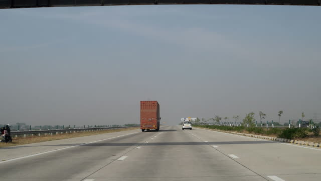 stockvideo's en b-roll-footage met the yamuna expressway to national capital delhi, india - verkeersbord