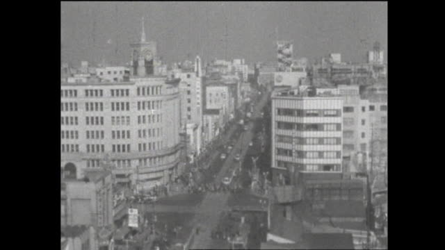 vídeos de stock e filmes b-roll de the yearend of 1953 famous intersection called ginza 4 chome a look of clearance sale for christmas and yearend disabled veterans carrying on... - era showa