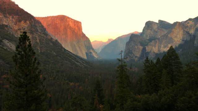 vídeos de stock, filmes e b-roll de the yosemite valley from tunnel view on sunset. - cachoeira bridalveil yosemite
