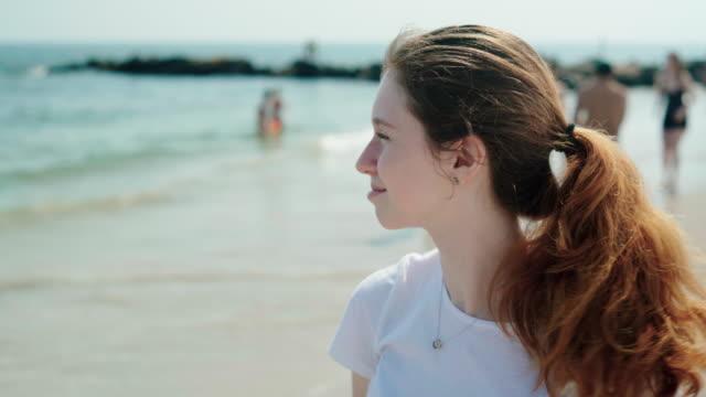 stockvideo's en b-roll-footage met 18-jaar-oud meisje op de rust brighton beach - 18 19 years