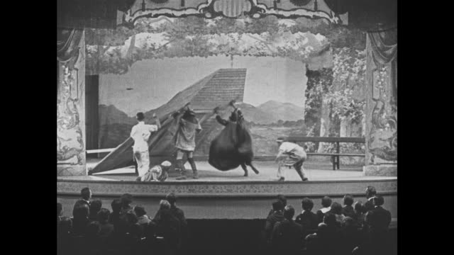 vídeos y material grabado en eventos de stock de 1921 theater set falls on woman during stage performance - actor