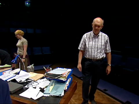 alan ayckbourn's 64th play opens england yorkshire scarborough stephen joseph theatre int sir alan ayckbourn supervising rehearsals of his latest... - scarborough inghliterra video stock e b–roll