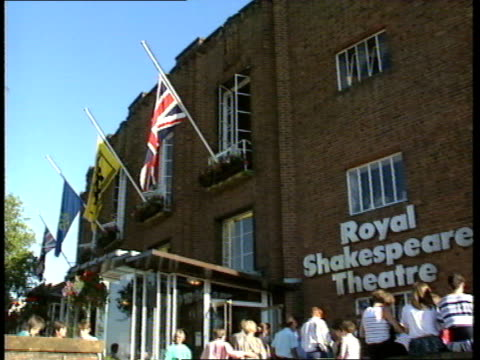 lord olivier dies: tributes; warwickshire: stratford-upon-avon: general views of royal shakespeare theatre with flags flying at halfmast outside... - ローレンス オリビエ点の映像素材/bロール