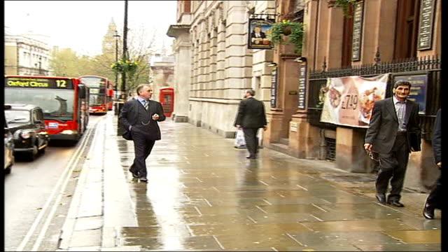 'new statesman' photocall/ rik mayall interview; mayall as 'bstard' posing for photocall in street, including swearing at bus drivers, disturbing... - rik mayall bildbanksvideor och videomaterial från bakom kulisserna