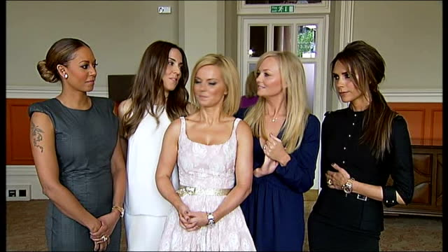 vídeos de stock e filmes b-roll de spice girls at the launch of their new west end musical england london st pancras hotel int general view of spice girls into room / melanie brown... - spice girls