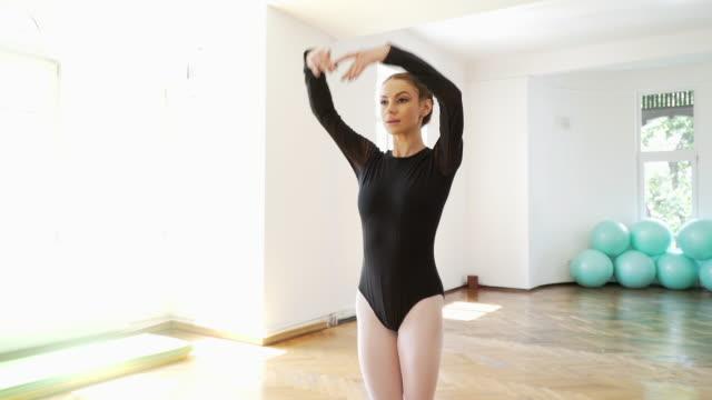 vídeos de stock, filmes e b-roll de performance teatral de uma mulher em estúdio de dança. - balé