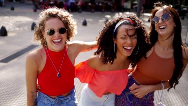 ihr lachen strahlt positive energie aus - drei personen stock-videos und b-roll-filmmaterial