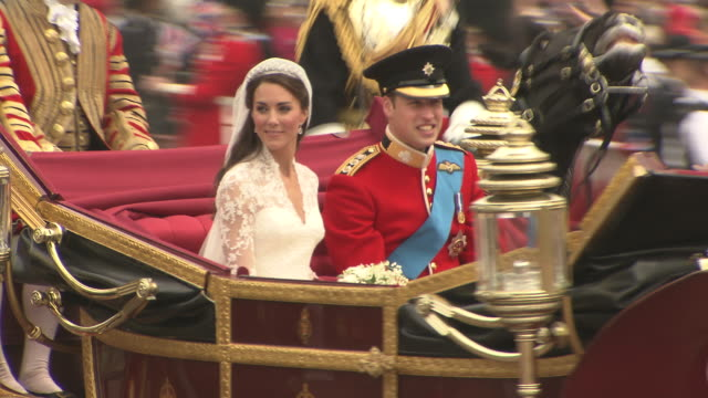 vídeos de stock e filmes b-roll de their royal highnesses prince william, duke of cambridge and catherine, duchess of cambridge heading to buckingham palace at the royal wedding... - casamento