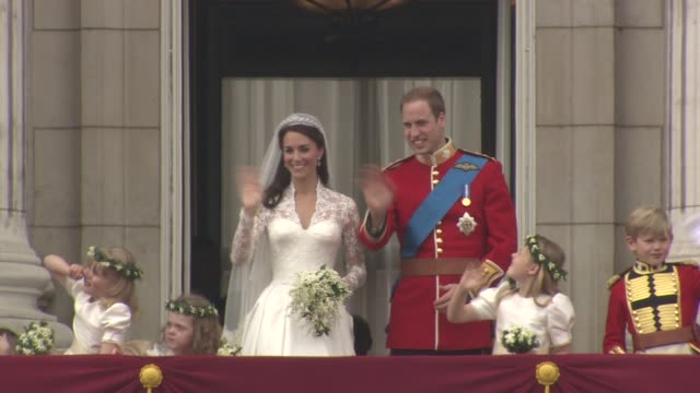 vídeos de stock e filmes b-roll de their royal highnesses prince william duke of cambridge and catherine duchess of cambridge wedding day kiss. at the royal wedding buckingham palace... - casamento