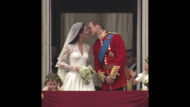 vídeos de stock e filmes b-roll de their royal highnesses prince william duke of cambridge and catherine duchess of cambridge at the royal wedding buckingham palace balcony - casamento