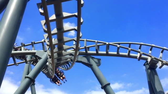 vidéos et rushes de theme park rollercoaster ride - parc d'attractions