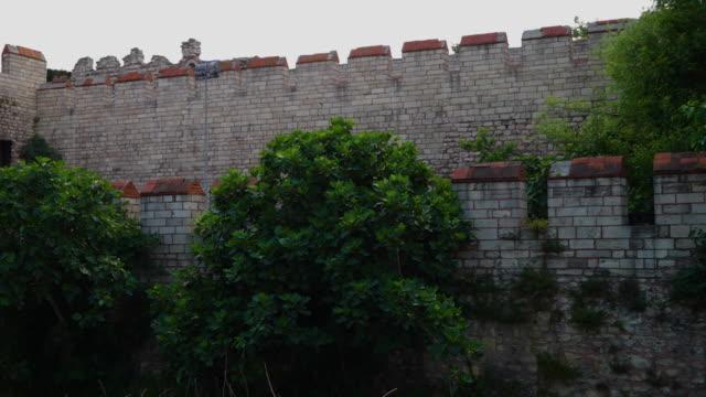 vídeos de stock, filmes e b-roll de theodosian walls of constantinople with trees and a person - istambul