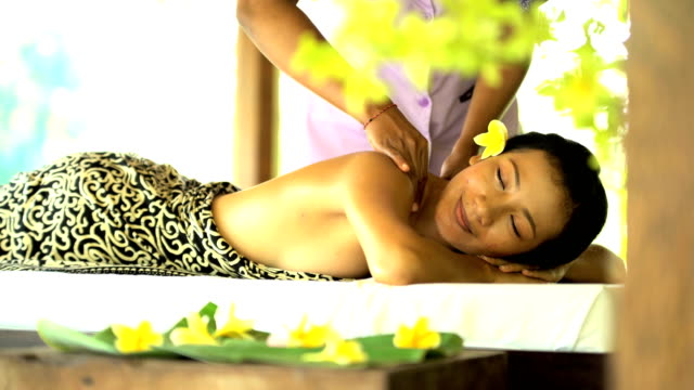 therapeutic massage for muscle relaxation at balinese spa - spa treatment点の映像素材/bロール