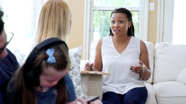 terapeut möter föräldrar till ett särskilt behov barn - social service bildbanksvideor och videomaterial från bakom kulisserna
