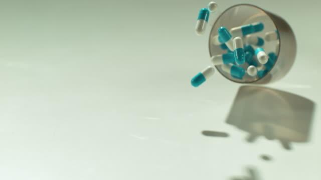 癒すのに役立つ何百もの薬があります - 薬物乱用点の映像素材/bロール