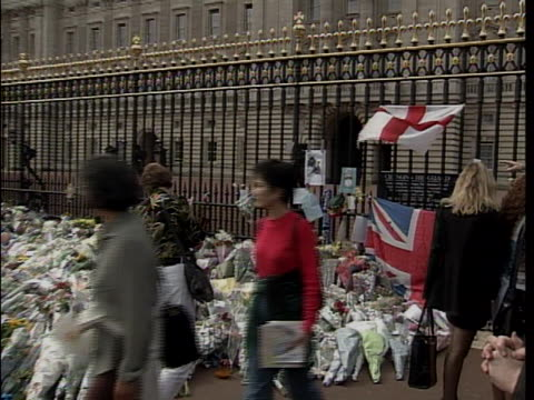 there are many tributes in the memory of princess diana outside the buckingham palace including flags, flowers, and cards. princess diana died in a... - flag stock videos & royalty-free footage