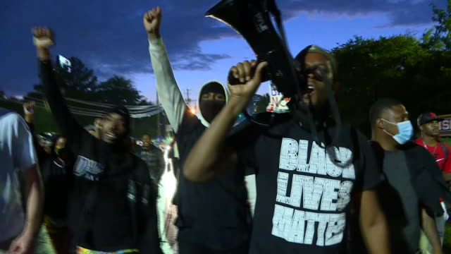 there have been further demonstrations in atlanta overnight after the violent weekend protests which followed the shooting dead of a black man by a... - georgia stati uniti meridionali video stock e b–roll