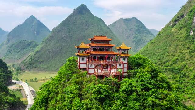 c'è un solenne tempio buddista sulla cima della montagna - cultura cinese video stock e b–roll