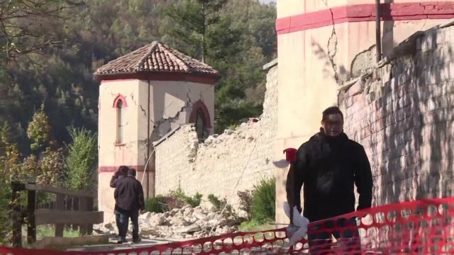 there is no relief for residents in italy's quakecentre where survivors with their nerves frayed by hundreds of aftershocks are packing up their few... - ausgefranst stock-videos und b-roll-filmmaterial