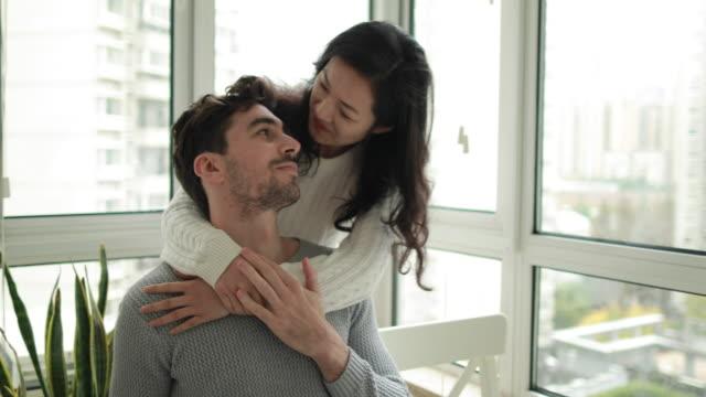 vidéos et rushes de rien ne vaut un câlin réconfortant de votre femme - espoir