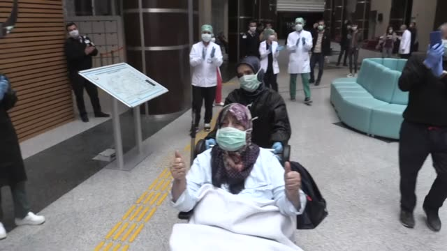 there was much applause as many survivors of the novel coronavirus were discharged from hospitals across turkey after overcoming the illness on april... - sopravvivenza video stock e b–roll