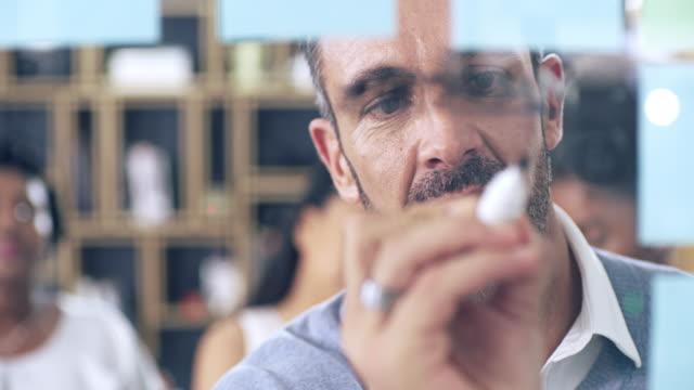 es gibt eine menge von den branchenweit besten lernen - europäischer abstammung stock-videos und b-roll-filmmaterial