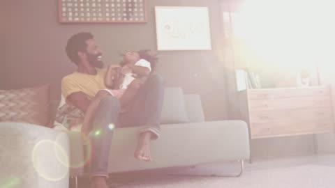 常に彼の息子と遊ぶ時間があります。 - freedom点の映像素材/bロール