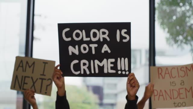 det finns inget utrymme för rasism här - etnicitet bildbanksvideor och videomaterial från bakom kulisserna