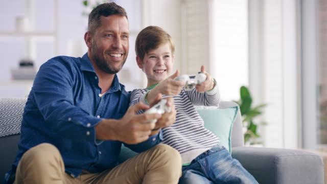 vídeos de stock, filmes e b-roll de não há nenhuma maneira que você está ganhando de mim, pai! - videogame