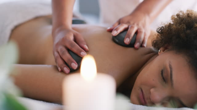 vídeos de stock e filmes b-roll de there's nothing like hot stone massage to relieve body pain - spa