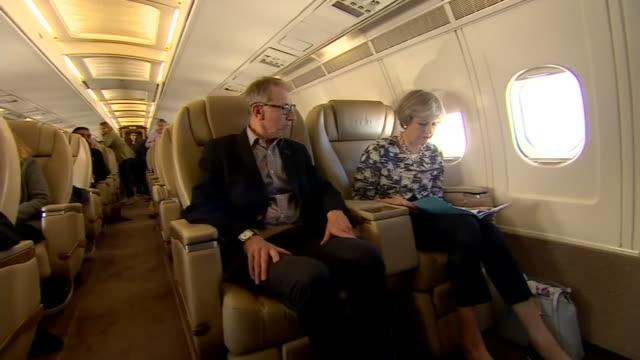 vídeos y material grabado en eventos de stock de theresa and philip may on board the conservative party aeroplane - primer ministro británico