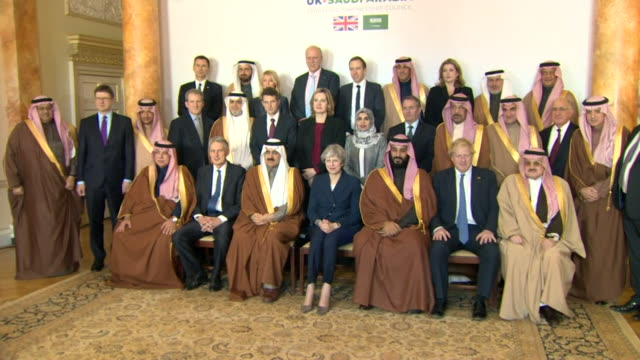 theresa may and her cabinet posing for a photograph with saudi crown prince mohammed bin salman and his delegation - フィリップ ハモンド点の映像素材/bロール