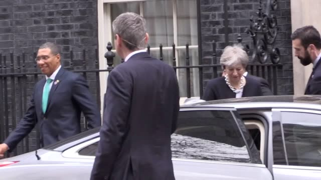 vídeos y material grabado en eventos de stock de theresa may and jamaican prime minister andrew holness leave downing street after bilateral talks - jamaiquino