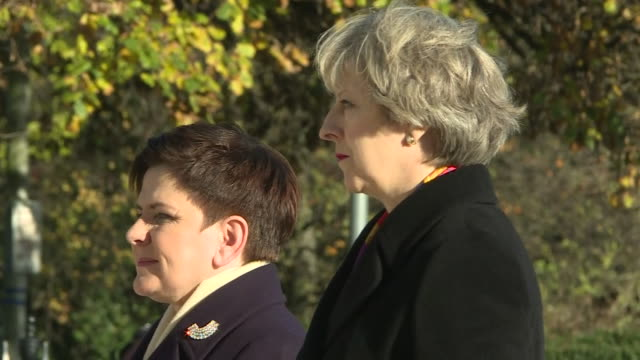 theresa may and polish prime minister beata szydlo paying their respects to fallen polish soldiers at the london memorial - monumento ai caduti monumento commemorativo video stock e b–roll