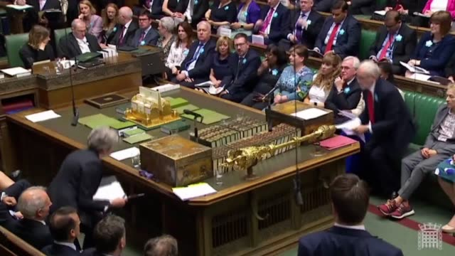 theresa may answers questions on arms exports and the murder of jamal khashoggi during prime minister's questions. - domande al primo ministro video stock e b–roll