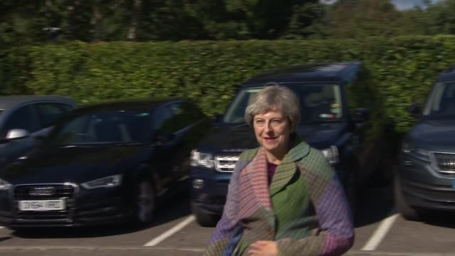 vidéos et rushes de theresa may arrival and making statement to the press england berkshire maidenhead ext car along carrying theresa may mp / may out of her car and... - berkshire angleterre